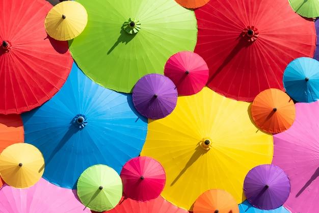 カラフルな傘の明るい光