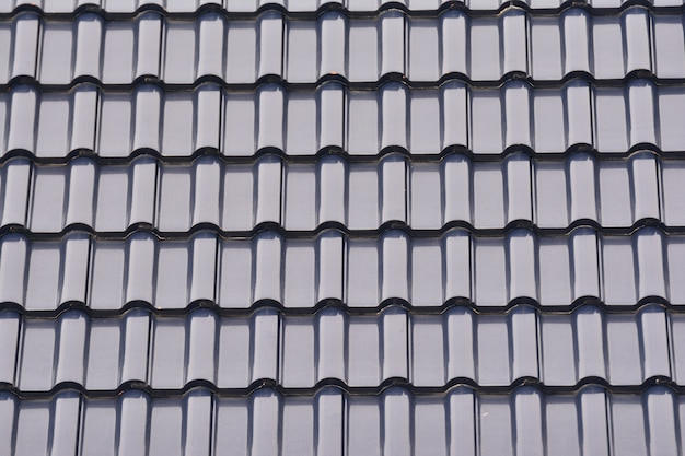 灰色のタイル屋根、テクスチャグレーの背景のグループを閉じます