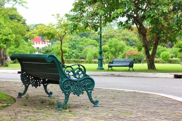公共の公園の緑のベンチ。