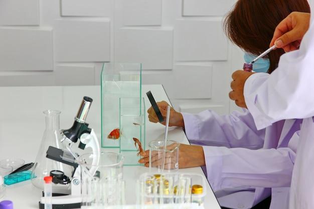 ホワイトスーツのハンサムな研究者が新薬を混ぜている