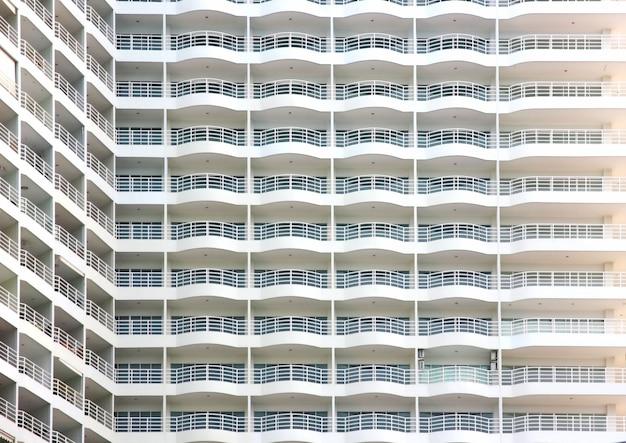 Здание кондоминиума с утренним светом. кондоминиум с видом на море в паттайе
