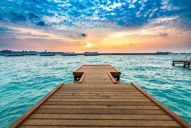 日没の背景と木製の桟橋