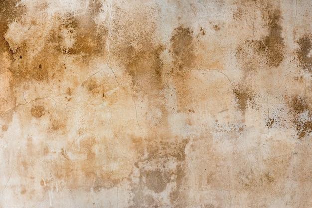 Старая, выветренная штукатурка, замусоренная коричневатыми пятнами в качестве фона