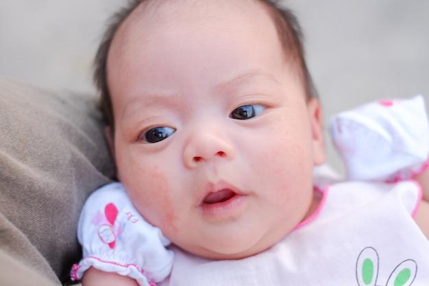 新生児のクローズアップの肖像画
