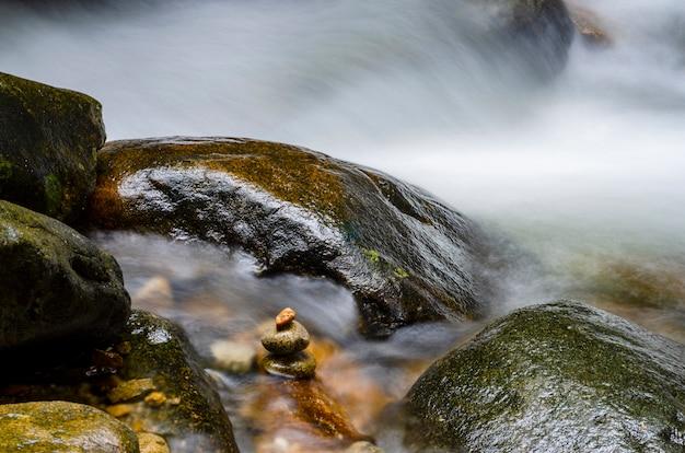 滝が岩を流れます。