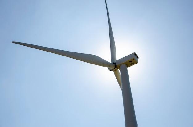 風力タービンは、空を背景にした代替エネルギーとして発電します。