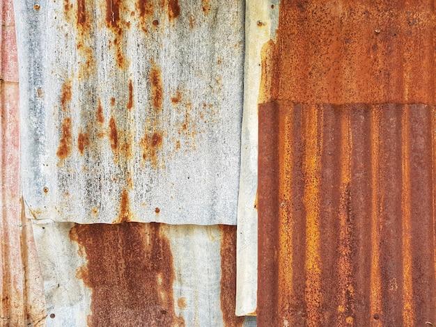 錆びたジーンズ亜鉛シートの表面の背景とテクスチャのフルフレーム。
