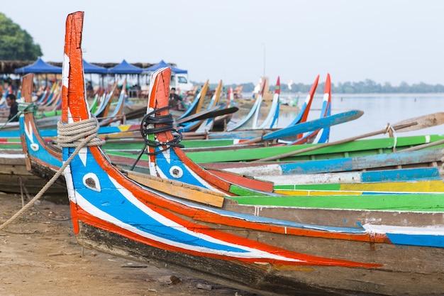 ミャンマーの湖でのボート