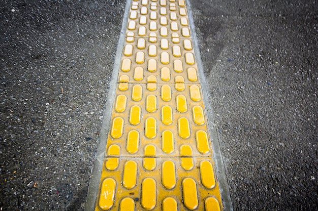 歩道にある黄色の点字ブロック