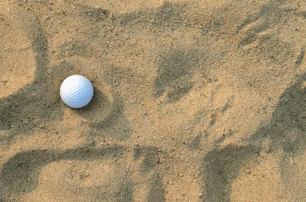 Мяч для гольфа на песке