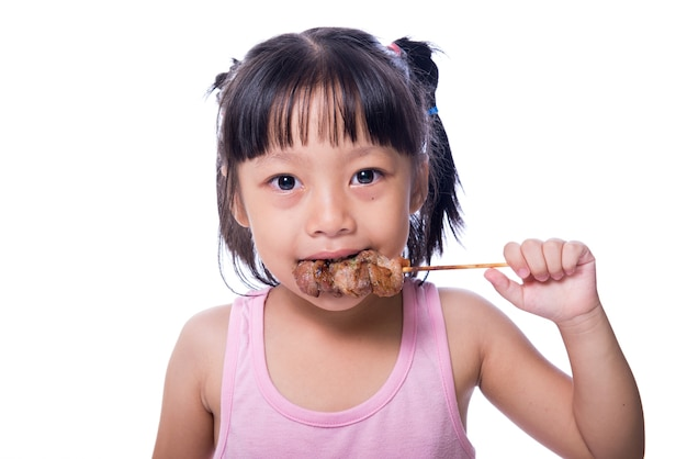 Дети, которые едят свиной жаркое с голодом