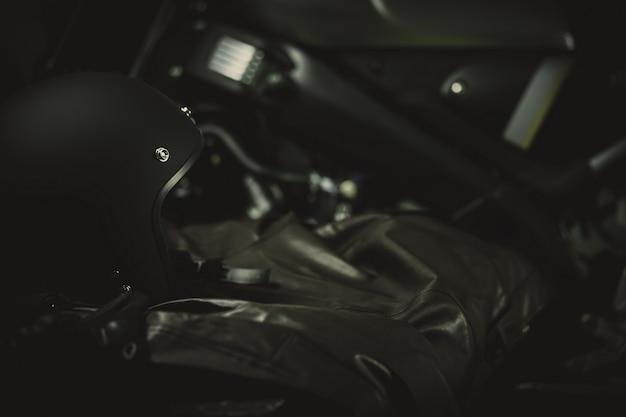 ビンテージスタイルのオートバイのヘルメットとライディングスーツ