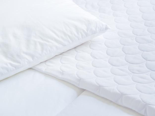 白い枕カバーシートとトパーベッドのクローズアップ。