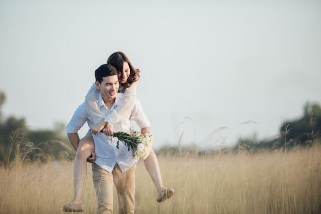 Счастливая молодая пара в романтике на летнем красивом ландшафте