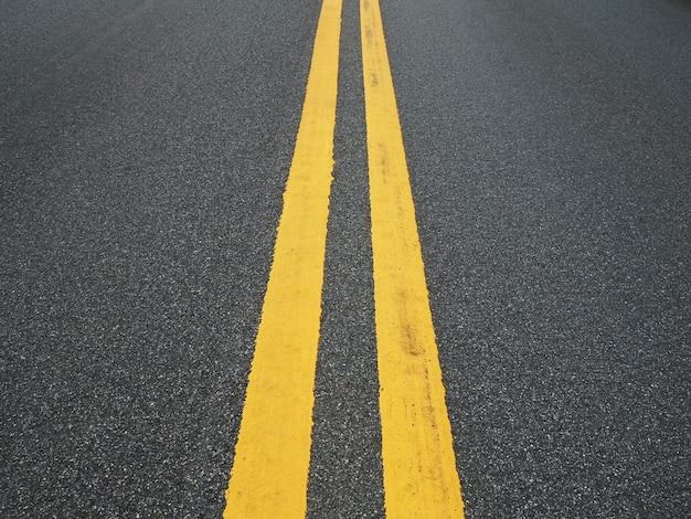 Асфальтовая дорога с парой желтой линии