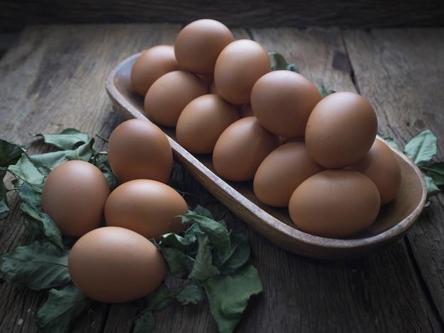 Свежие яйца на деревянный стол.