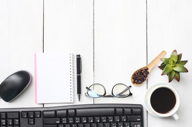 Вид сверху бизнес-концепция кофейная кружка и поставки на белом деревянный пол.