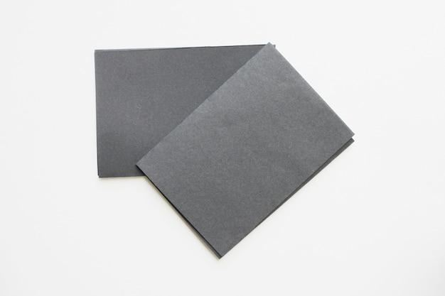 ビジネスの空白の黒いカードは、机の上に表示されます。