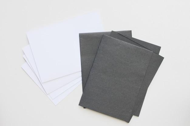 ビジネスの空白の黒と白のカードは、机の上に表示されます。