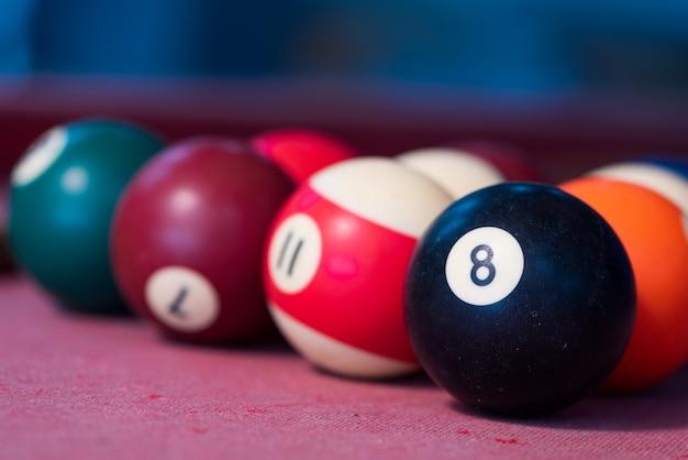 赤いフェルトのテーブルのプールボール