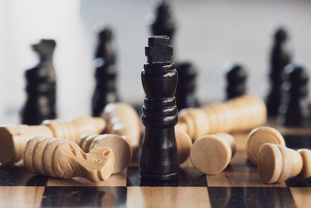 ビジネスのアイデアや競争と戦略的計画の成功のチェスボードゲームのコンセプト。