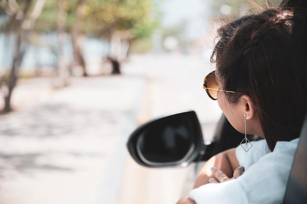 夏のロードトリップ旅行休暇にリラックスした幸せなアジア女