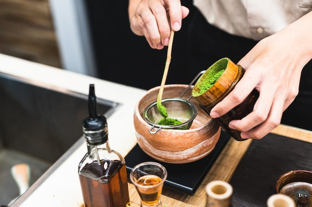 緑茶の飲み物を準備するバリスタ