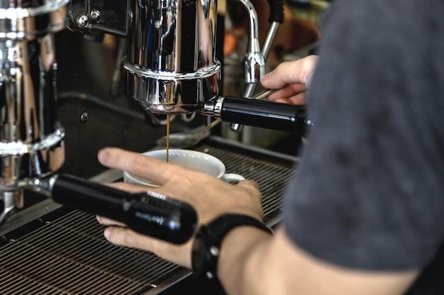 コーヒーの飲み物を準備するバリスタ