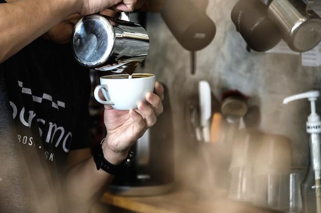Бариста готовит кофейный напиток