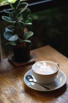 レストランのインテリアテーブルでコーヒーカップ