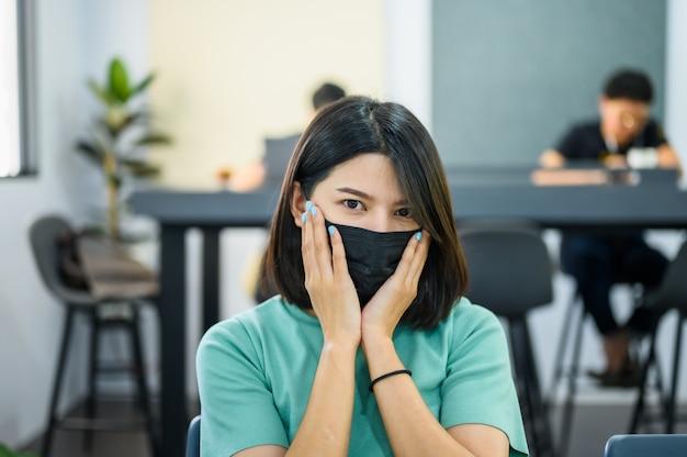 黒の医療マスクを身に着けているアジアの女性