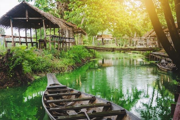 タイの田舎の有名な運河のコテージとボート