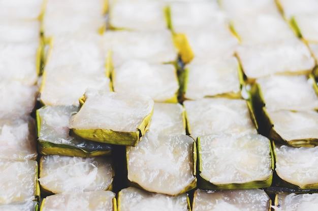 バナナの葉のバスケットで中国の新年ケーキまたは年のケーキ