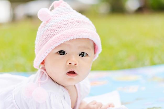 アジアの赤ちゃんは公園で地面に倒れやすい