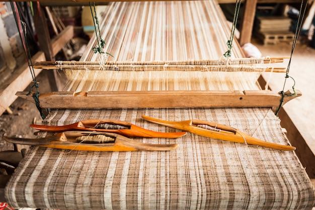 伝統的な織機ビンテージスタイル、繭からタイのシルクを作るための織りのツール