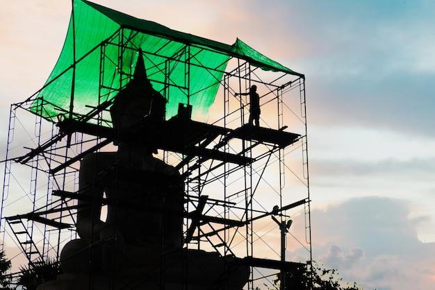 日没時の修理仏像のシルエット