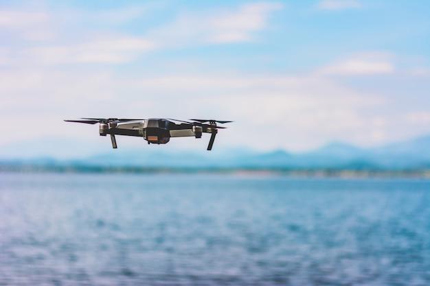 ドローンクワッドヘリコプター、高解像度デジタルカメラと湖の風景を空に飛ぶ
