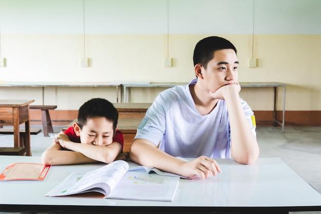 男の子は教室で勉強するのが退屈です