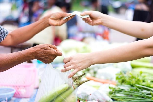 Клиент оплачивает счет наличными на открытом рынке