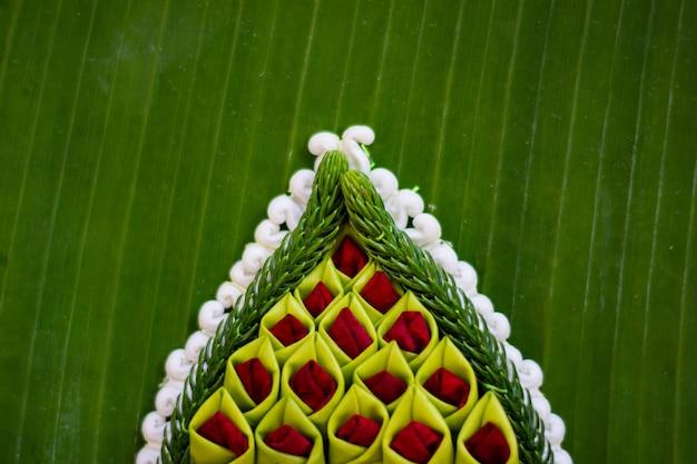Узор плавающей корзины с банановым листом, кратонг для фестиваля лой кратонг, поклонение богине реки