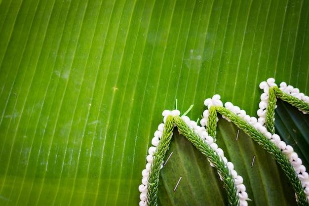 バナナの葉で浮かぶバスケットのパターン、ロイクラトンフェスティバルのためのクラトン、川の女神礼拝