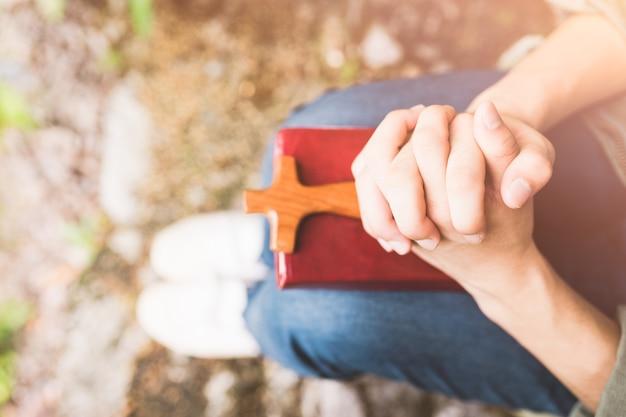 Человек молится о святой библии утром.