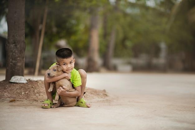 子供は愛情のある愛犬を抱きしめます