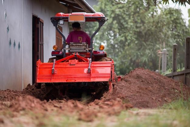 人々は働いています。建設現場で見る。
