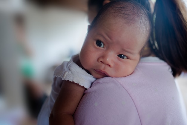 アジアの愛らしい新生児