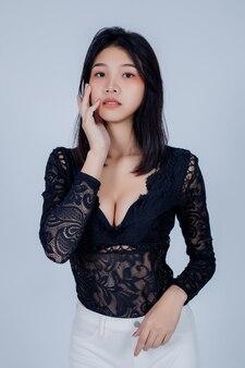 ファッション。灰色の美しい若い女性