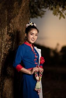 タイの伝統的な衣装で美しいアジアの女性
