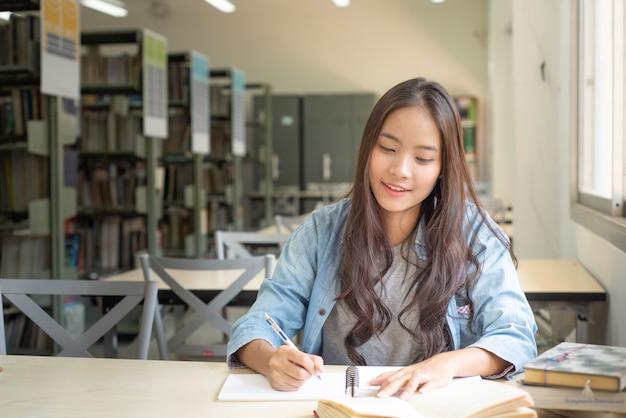 女子学生は研究論文を探しています。