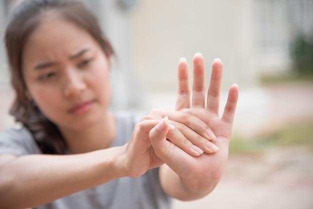 アスリートは筋肉を伸ばすために手を振った