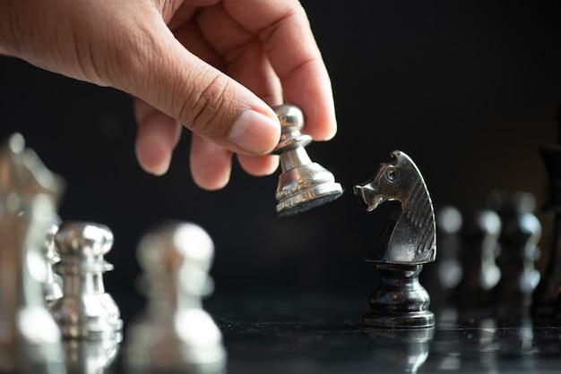 ビジネス上のチェスゲームのリーダー船